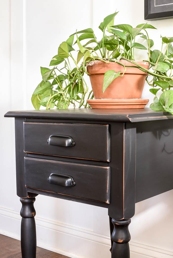 Black distressed side table makeovver