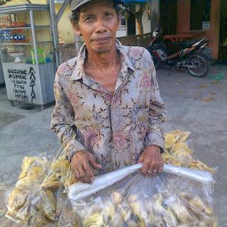 Pak Marsidin Penjual Kerupuk Peyek di Pondok Lesehan Ayam Penyet Pepes (APP Tembung)