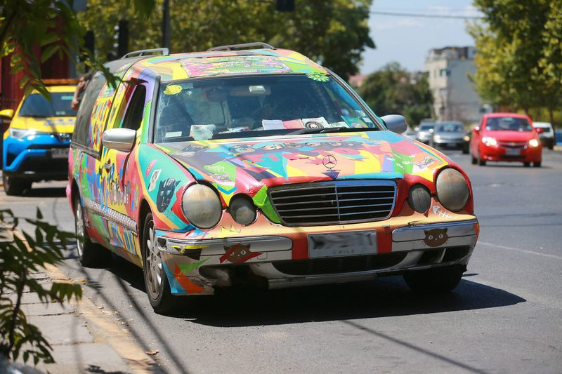 Ex Mekano transformó una carroza Mercedes Benz en un auto para gatos