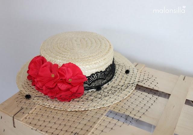 Canotier de copa baja con cinta de encaje en negro y flores rojas, tapafeas velo con plumeti