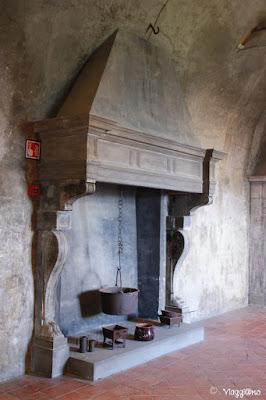 Uno dei bei e grandi camini del castello di Serralunga