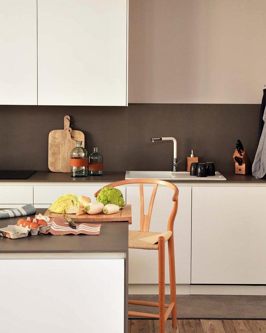 Industrialne elementy w stonowanym wnętrzu, wystrój wnętrz, wnętrza, urządzanie domu, dekoracje wnętrz, aranżacja wnętrz, inspiracje wnętrz,interior design , dom i wnętrze, aranżacja mieszkania, modne wnętrza, styl industrialny, styl loftowy, loft, stonowane kolory, naturalne dodatki, czarne dodatki, kuchnia, biała kuchnia, meble kuchenne