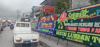 """Papan Bunga Sindiran """"Humbahas 5 Tahun Tanpa P-APBD"""" Ramaikan Dolok Sanggul"""