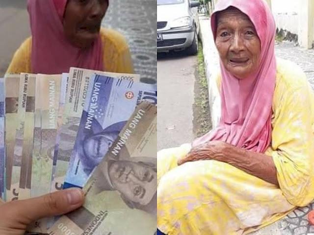 Nenek 80 Tahun Menangis Tersedu-sedu di Pinggir Jalan, Uang Aslinya Diambil Orang, Ditukar dengan Uang Palsu