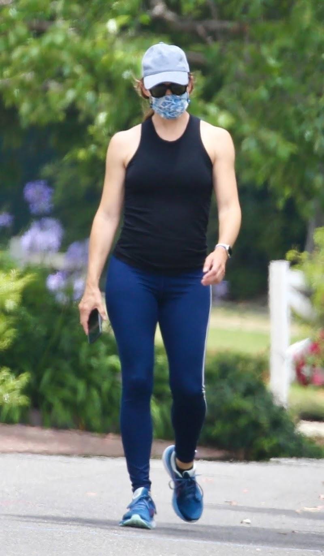 Jennifer Garner Wearing a Mask Out in Los Angeles 23 Jun -2020