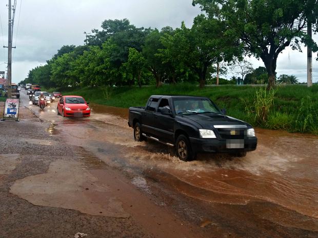 Chuva causa alagamento na marginal da BR-364 em Cacoal, RO