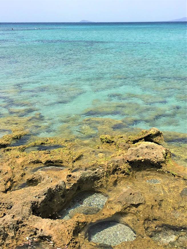 Il mare di Porto Pineddu è trasparente
