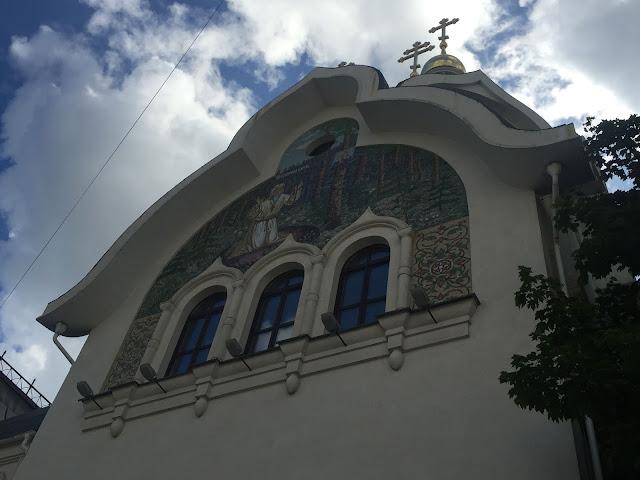 На фото - три окна и настенная иконная роспись над входом в храм