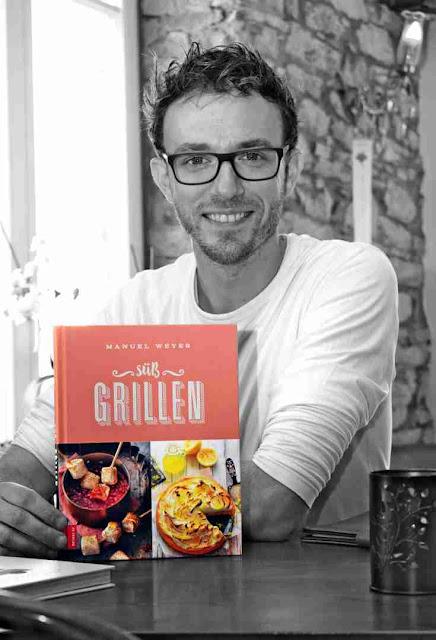 Manuel Weyer mit dem Buch Süß Grillen