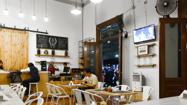 loko cafe stasiun yogyakarta