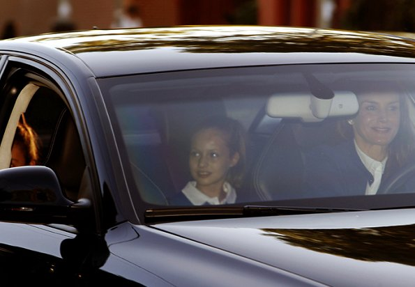 Queen Letizia, Princess Leonor and Infanta Sofia arrive Santa Maria de los Rosales school. wore Blue blazer, Jeans pants, and sneakers