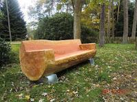 Bancos hechos con troncos de madera