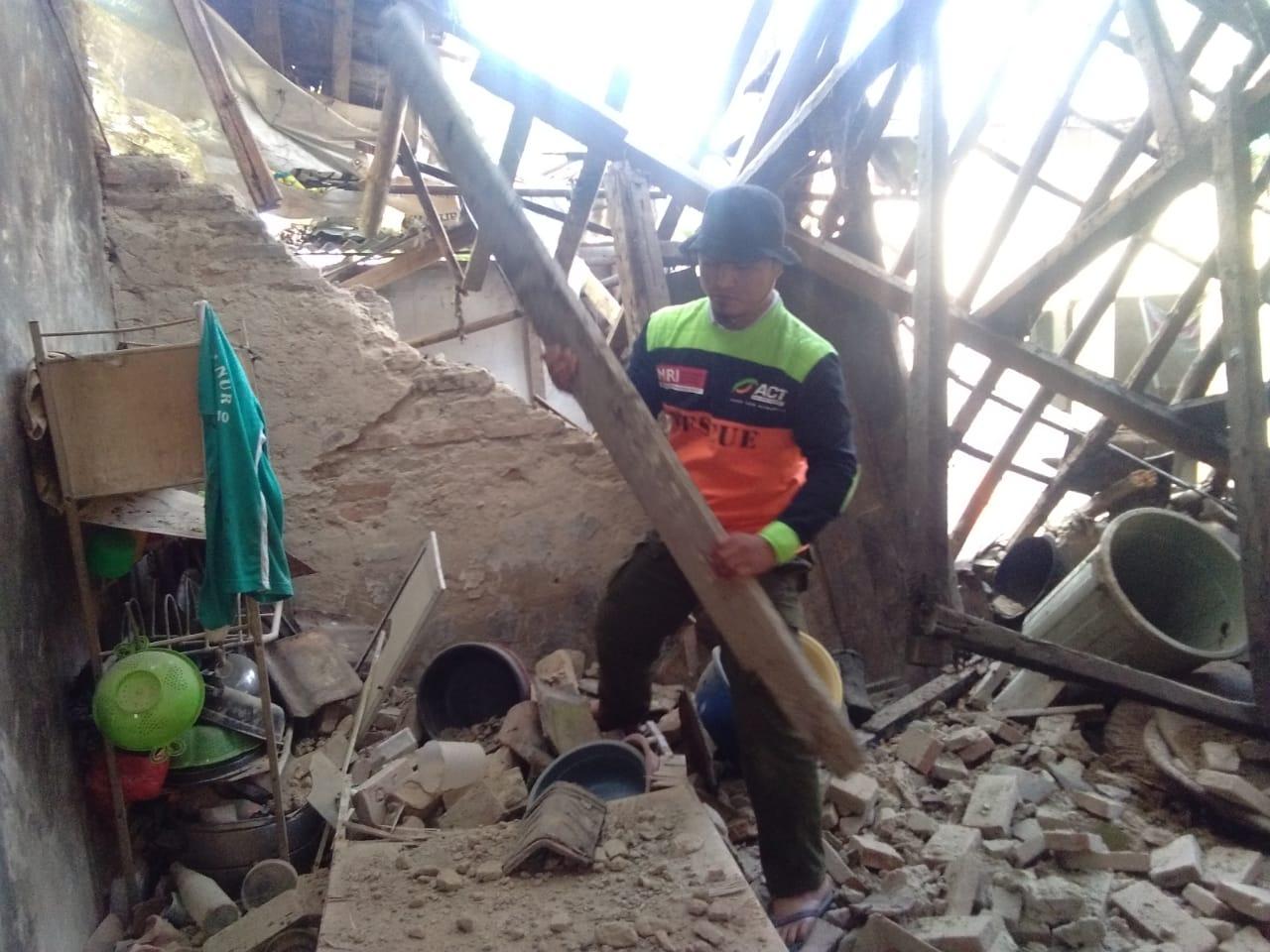 Bikin Bangga! Relawan Ini Bantu Korban Gempa Sejak Dini Hari