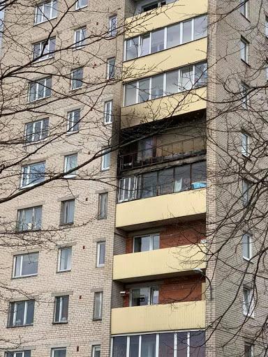 Skats uz izdegušu balkonu