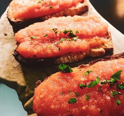 Piatto tipico valenciano di tapas a base di tartare di salmone