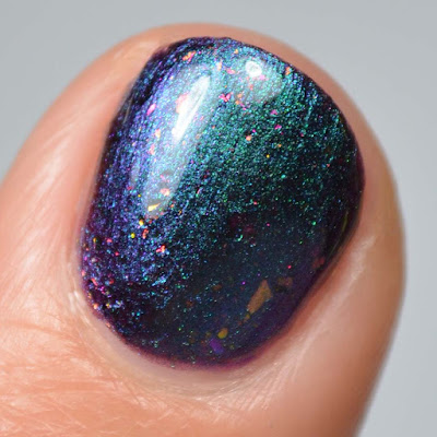 blue to purple multichrome nail polish close up swatch