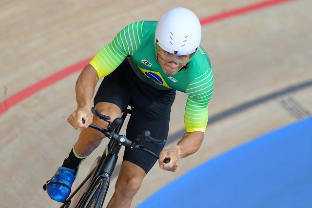 Ciclista Carlos Soares pedala em prova de contrarrelógio em pista