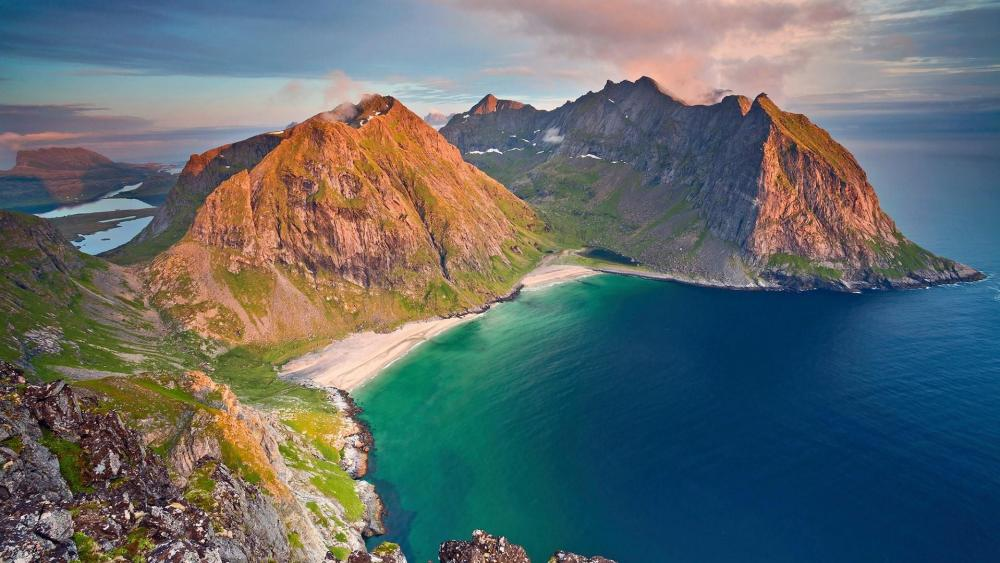 Гора Ритен и пляж Квальвика в Норвегии