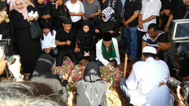 Tak Kuasa Melihat Jasad Istrinya Dikuburkan, Ini Yang Dilakukan Tukul Arwana