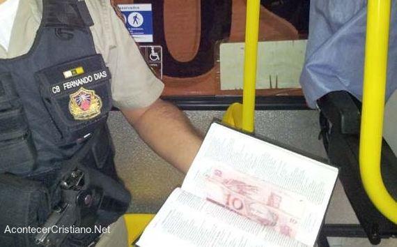 Hombre robaba usando una Biblia