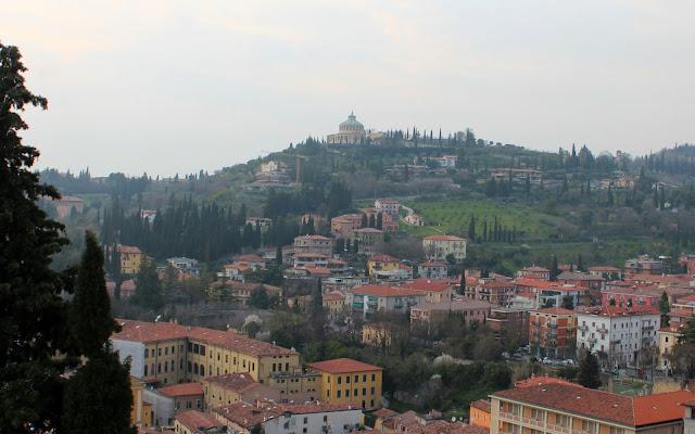 Monte de S. Leonardo y basílica de la Virgen de Lourdes. Vistas desde el Castillo de S. Petro en Verona