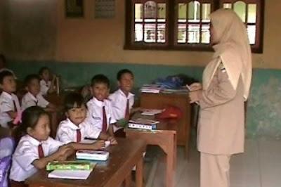 Guru Diwajibkan Berada di Sekolah Sehari Penuh