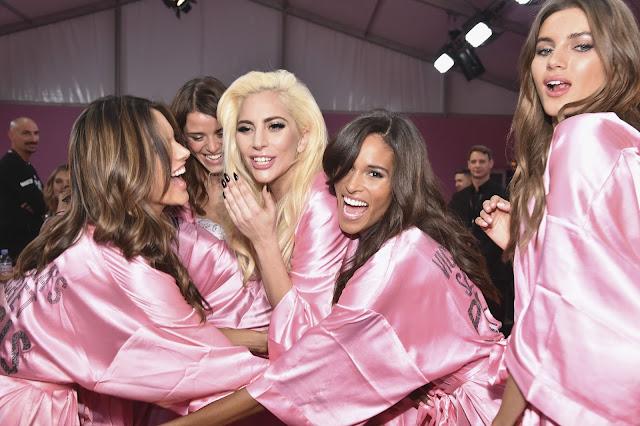 FOTOS HQ Lady Gaga en el Backstage del Victoria's Secret Fashion Show, en Paris