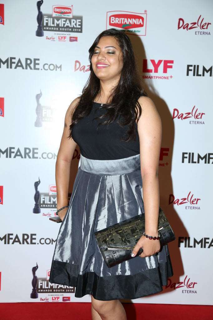 Singer Geetha Madhuri Hot Legs Thigh Show In Black Skirt At Film fare Awards