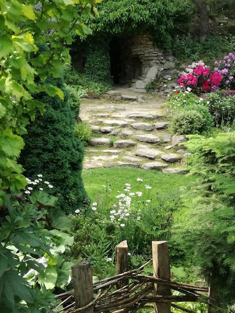 grota w ogrodzie, naturalistyczny ogród
