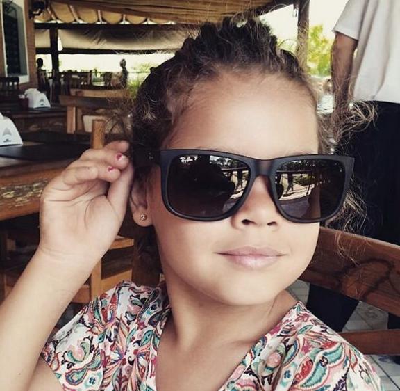 As crianças adoram brincar com óculos de sol, muitas adotam um certo estilo  e usam mesmo esse acessório. Os pais também amam ver os pequenos todos  cheios de ... 2f19e08a70
