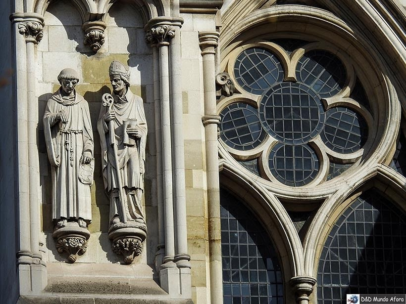 Detalhe da fachada da Abadia de Westminster: como visitar em Londres