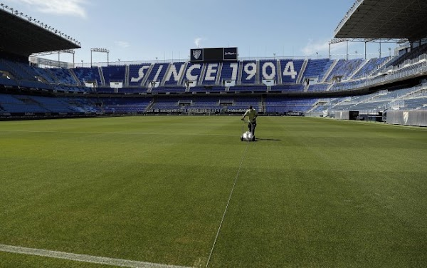 El Málaga procede al cambio de césped en La Rosaleda