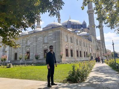 Harun İstenci Edirne Selimiye Camisinin Avlusunda
