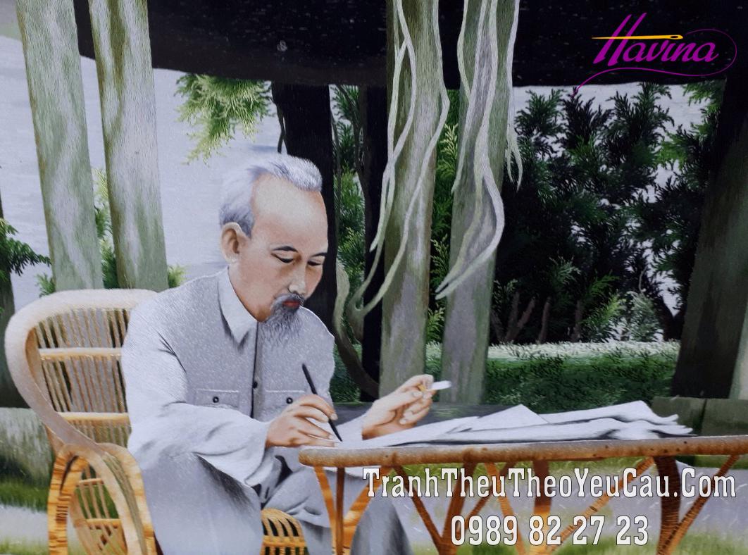 Hoàn thiện tranh thêu Bác Hồ ngồi ghế mây cho anh khách giấu tên ở hà Nội
