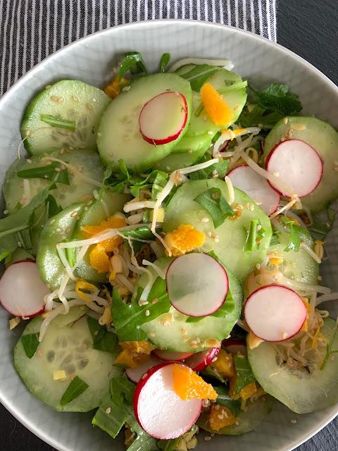 Frühlingsfrischer Salat mir einer zarten Sesamnote, Rezept, glutenfrei, vegan, Sesam, Franz & Co, Sesamöl, Gurke, Radieschen, Mungbohnen, vitaminreich