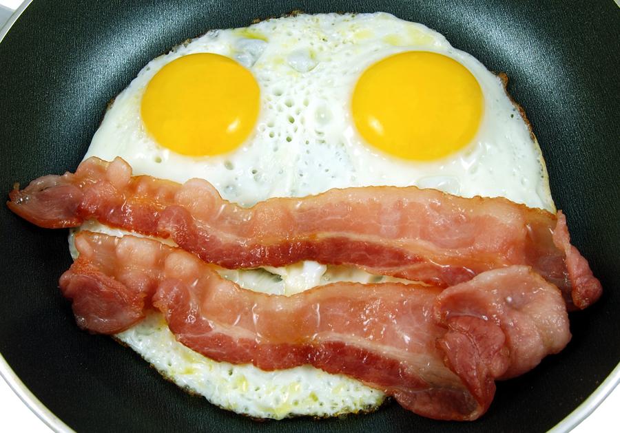 Śniadanie białkowo-tłuszczowe.