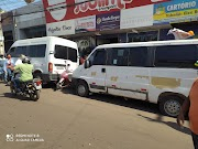 Duas vans são estacionadas em frente a Rádio Cidade para tentar impedir manifestação de seguidores de Vanessa Maia em Pedreiras.