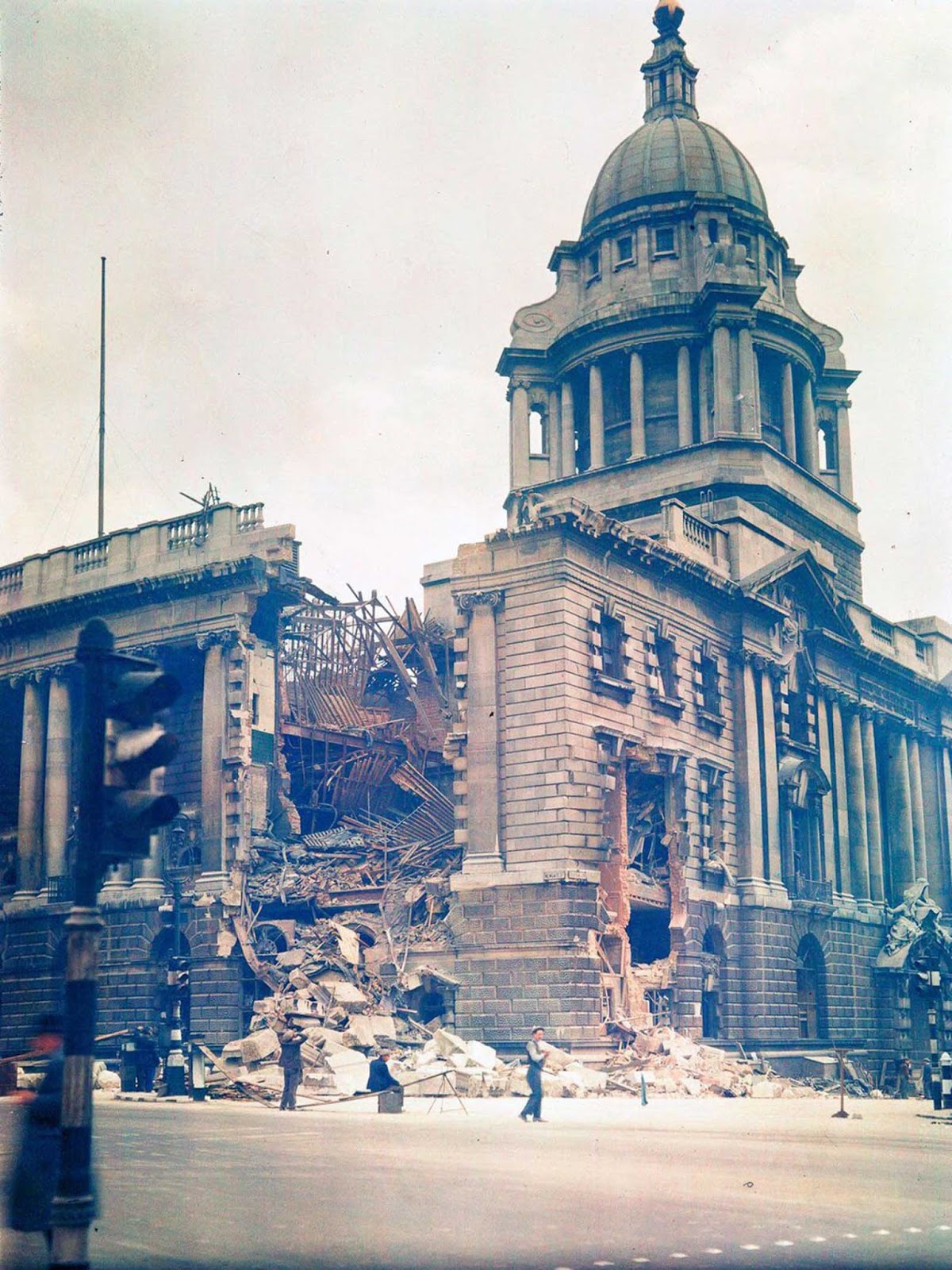Los tribunales de la ley de Old Bailey, dañados por los bombardeos alemanes. 10 de diciembre de 1941.