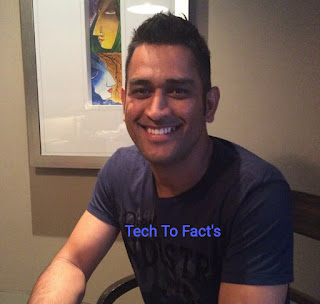 What is the monthly income of MS Dhoni?