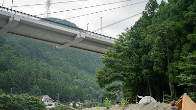 キャンプ場で大きく目立つ奥多摩大橋