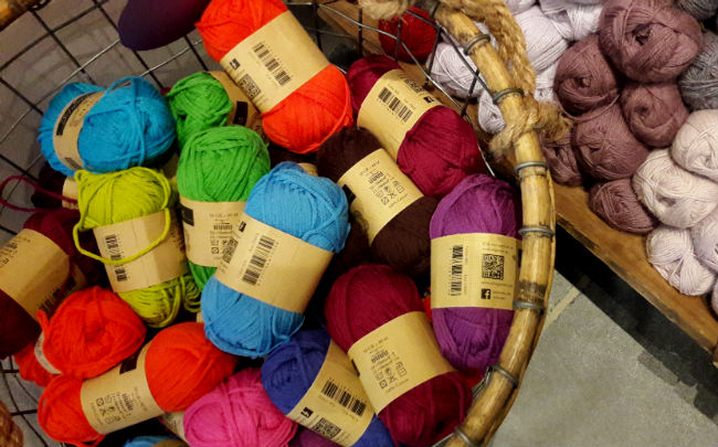 A visit to a lovely yarn shop (wolcafé) in dreamy Schoonhoven | Happy in Red