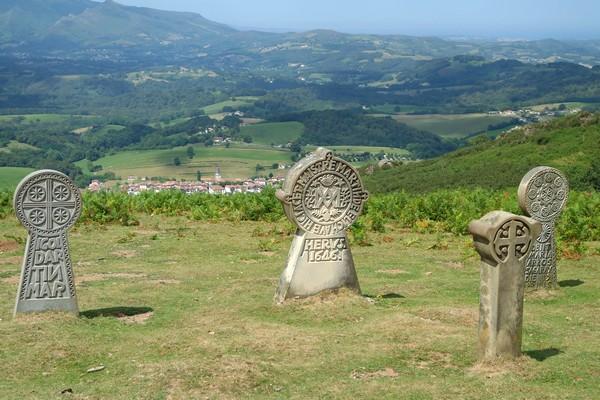 pays basque ainhoa randonnée facile pyrénées panoramique la rhune oratoire stèles discoïdales
