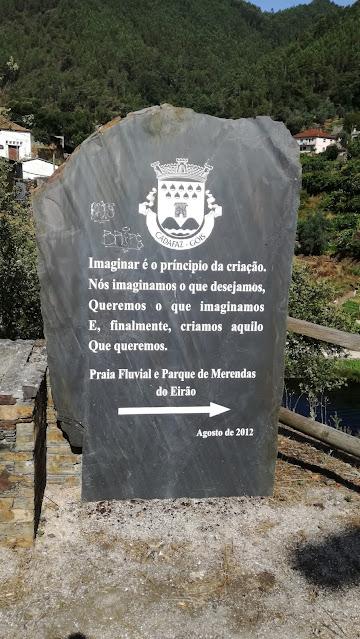 Lousa de xisto de informação sobre a Praia Fluvial e Parque de merendas do Eirão