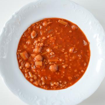 Zupa ciecierzycowo-pomidorowa z selerem naciowym - Czytaj więcej »