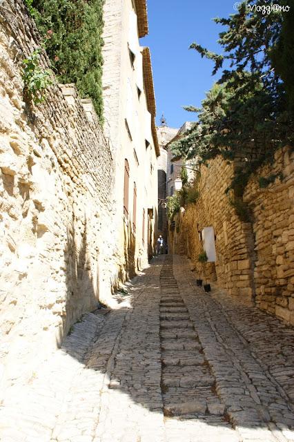 Strade ed edifici in pietra del centro di Gordes