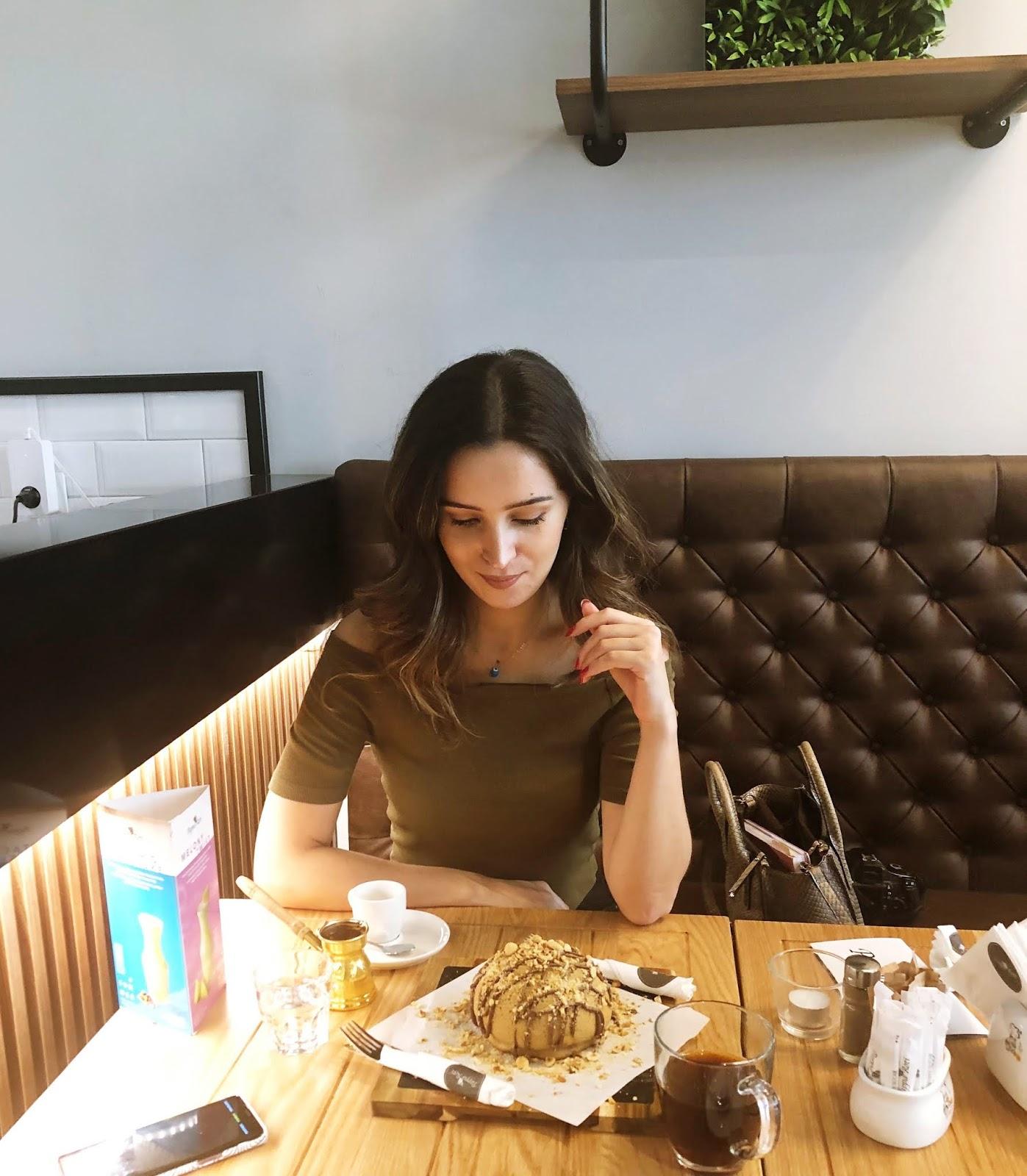 Leckerer-Bun-mit-Nutella-und-Haselnüsse-Café