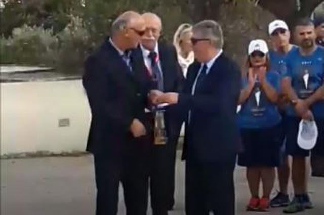 Ο Γιάννης Μπόλλας παρέλαβε την Μαραθώνια Φλόγα για τον 5ο Μαραθώνιο Ναυπλίου (βίντεο)