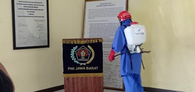 Hilman : Cegah dan Antisipasi Covid-19, Kantor PWI Jabar Disemprot Cairan Disinfektan