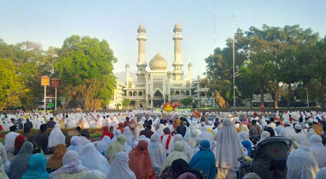Tidak Hanya Masjid Jami' Penuh, Alun-Alun Kota Malang pun Ramai Gema Takbir!