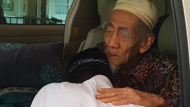 Ustaz Abdul Somad Kunjungi Mbah Moen